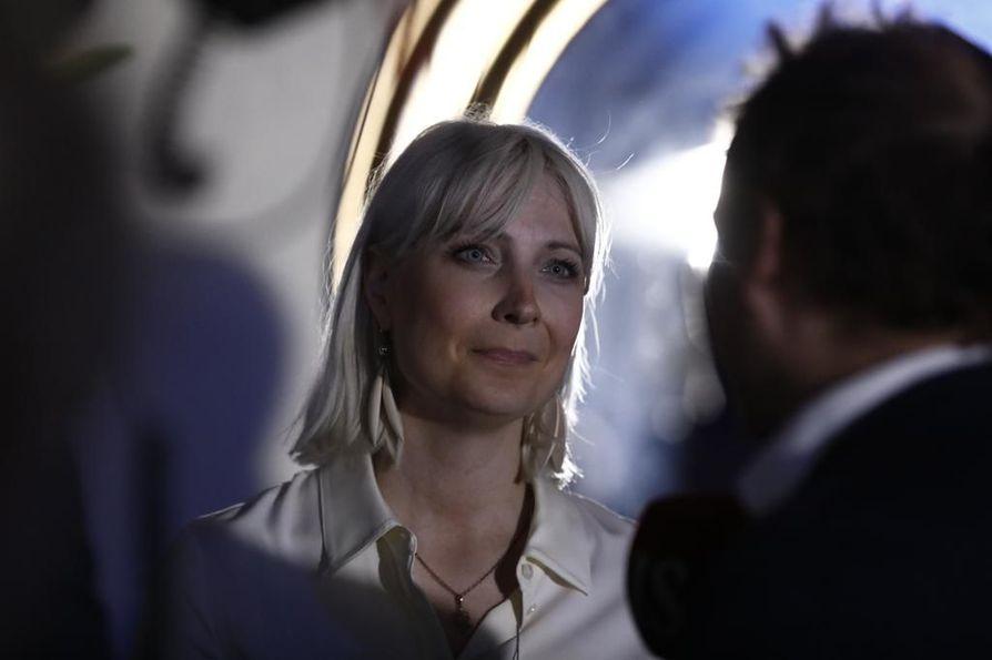 Perussuomalaisten Laura Huhtasaari saapui perussuomalaisten vaalivalvojaisiin puolisonsa kanssa.