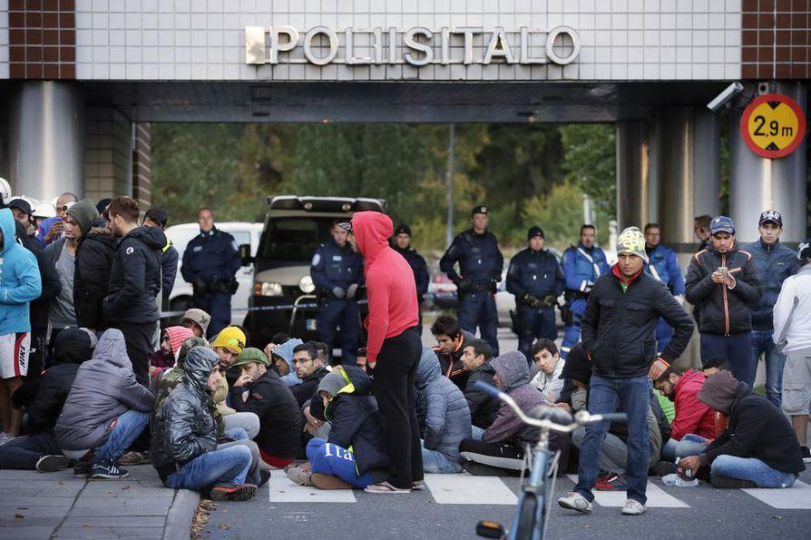 Keskiviikkona noin 70 turvapaikanhakijaa marssi Oulun poliisilaitokselle.