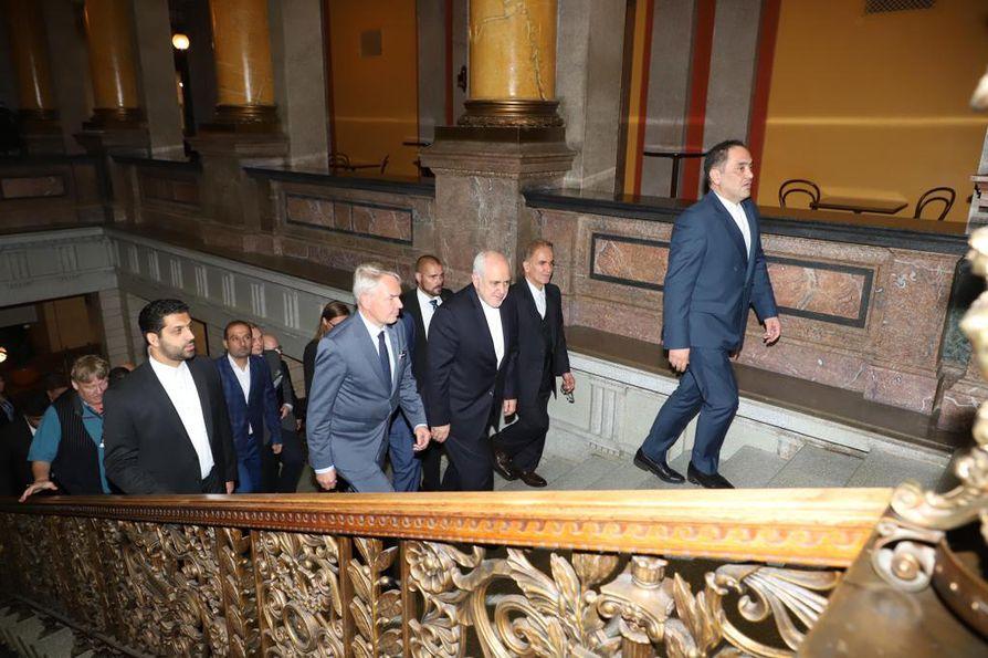 Iranin ulkoministeri Mohammed Javad Zarif (keskellä) on aloittanut neuvottelut Suomen ulkoministerin Pekka Haaviston (vasemmalla) kanssa.