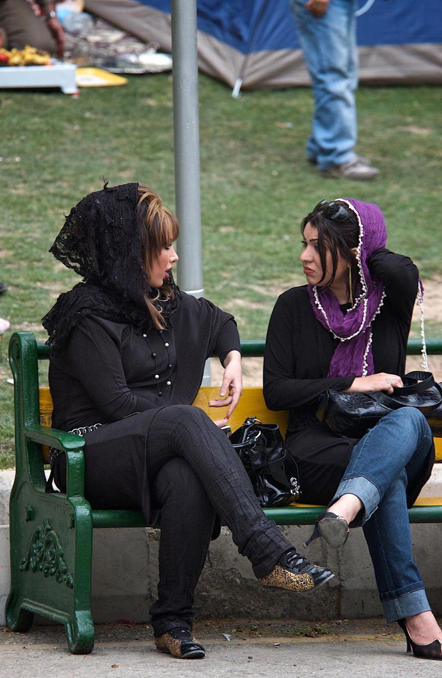 Naiset pukeutuvat Teheranissa aiempaa tiukempiin vaatteisiin ja värikkäisiin huiveihin.
