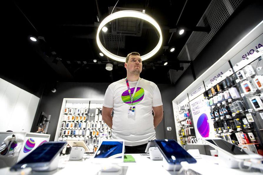 Telia-kaupan myyjä Juho Heikkilä sanoo, että puhelimia ostetaan heiltä kaikenikäisille lapsille. Hän ei ole huomannut, että lapsille ostettaisiin selkeästi halvempia puhelimia kuin aikuisille.
