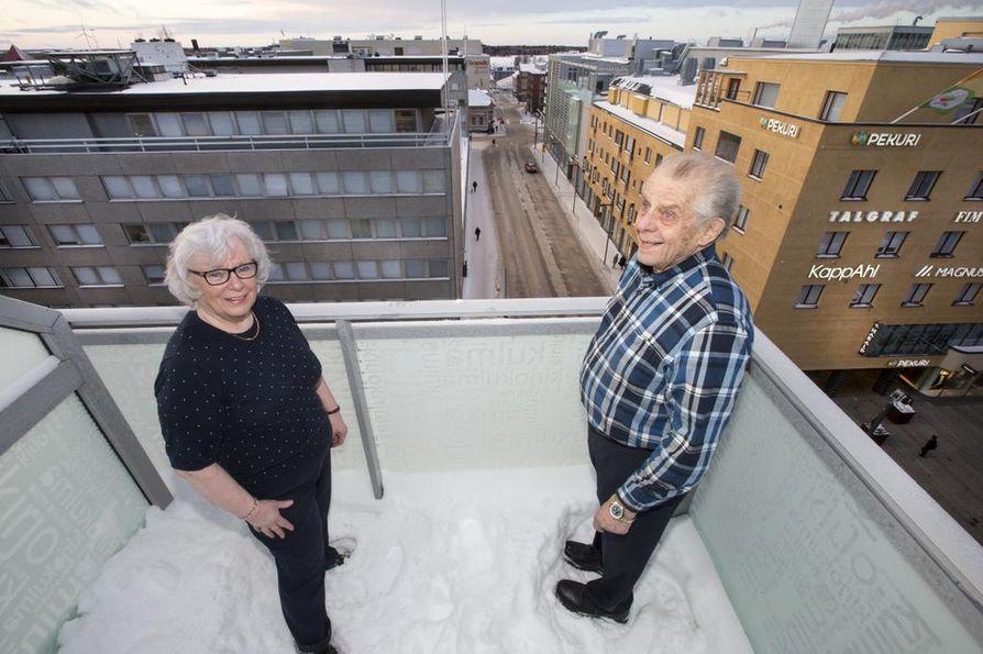 Eija ja Jussi Ylikunnarin asunnon parvekkeelta näkymät muuttuvat täysin ja huonompaan suuntaan, jos Oulun Osuuspankin kaavailut toteutuvat, ja edustalle aletaan rakentaa peräti 24-kerroksista toimisto-hotellirakennusta.