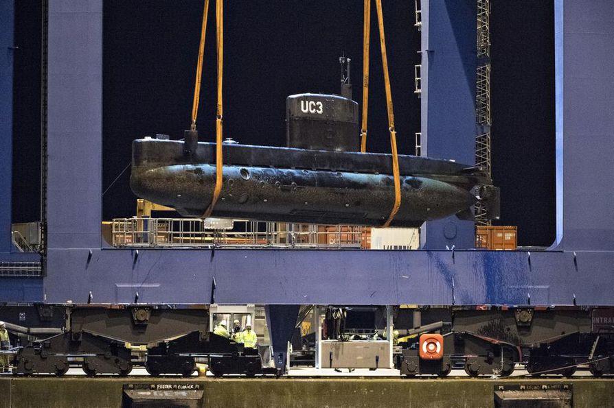 Kim Wall kuoli Nautilus-sukellusveneessä, jota tässä nostetaan maihin tapauksen jälkeen.