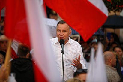 """Jakautunut Puola valitsee presidentinvaaleissa demokratian ja autoritaarisen linjan väliltä – Taustalla hämmentävät """"pakkovaalit"""", joissa ei annettu yhtään ääntä"""