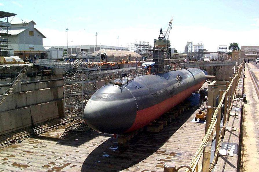 Yhdysvaltojen laivaston sukellusvene telakalla Pearl Harborin sotilastukikohdassa Havaijilla. Silminnäkijän mukaan laukaukset ammuttiin telakalla päin.