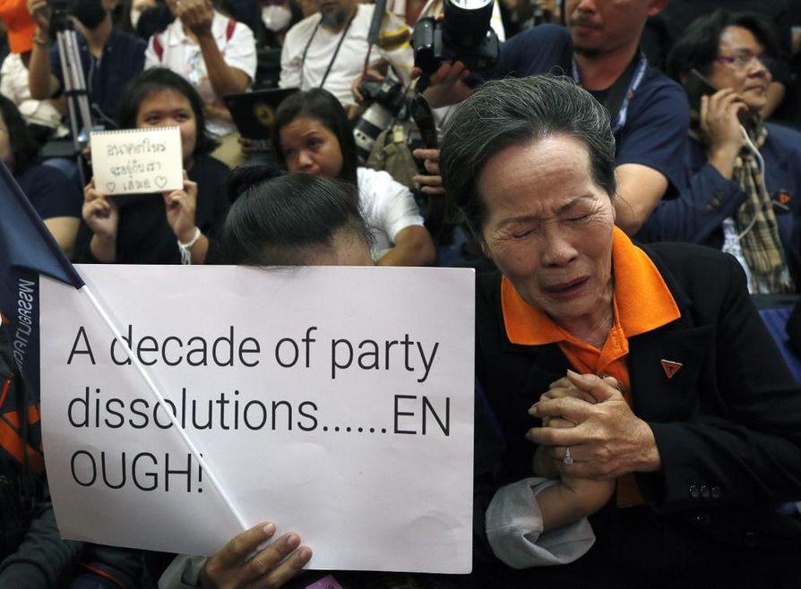 Future Forward -puolueen kannattajat osoittivat perjantaina mieltään puolueen lakkauttamista vastaan Thaimaassa.