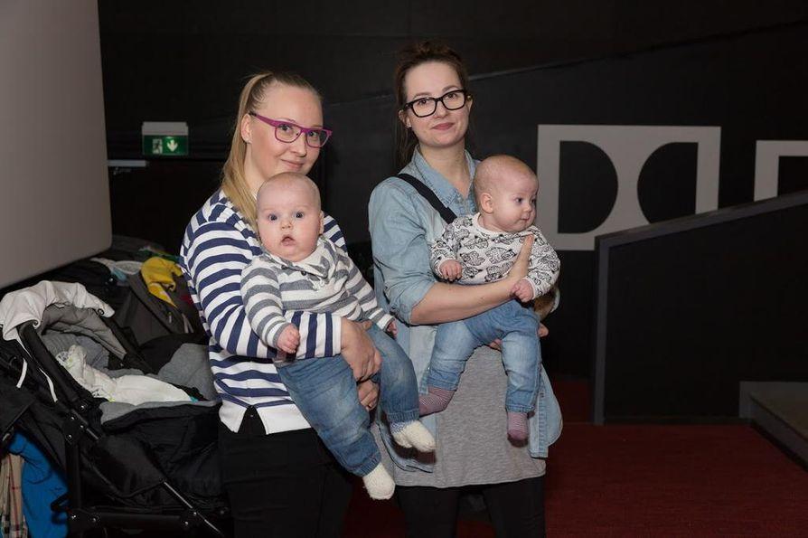 Kalen! testiryhmä Laura Hummastenniemi (vas.) Oliver-poikansa ja Laura Tauriainen Kerttu-tyttärensä kanssa kävivät kokeilemassa, miten sujuu Starin vauvanäytös.