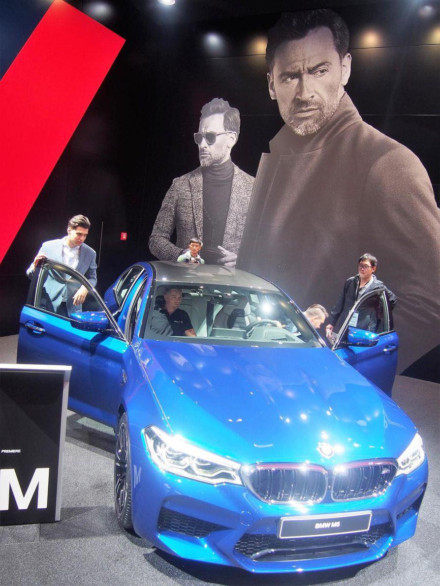 Ilmastopaineiden alla elävät saksalaiset automerkit joutuvat tasapainottelemaan perinteisen kovan suorituskyvyn ja ympäristöä säästävien voimaratkaisujen välimaastossa. BMW esittelee messuilla kuvan räyhäkän M5-mallin, mutta vastapainona esimerkiksi X7 iPerformance -pistokehybridin. Sekin lanseerataan tuotantomallina jo ensi vuonna.