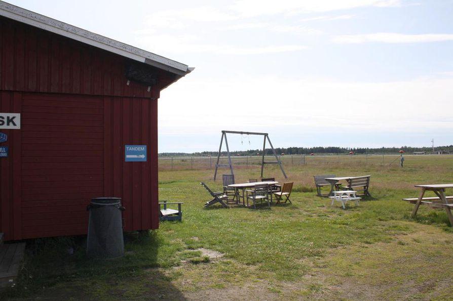 Uumajan laskuvarjohyppääjien kerhotalo sijaitsee Uumajan lentokentän vieressä.