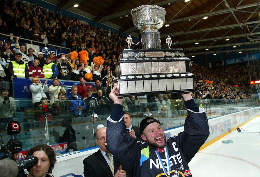 Oulun Kärppien kapteenina Palsola nosti mestaruusmaljan ilmaan keväällä 2004.