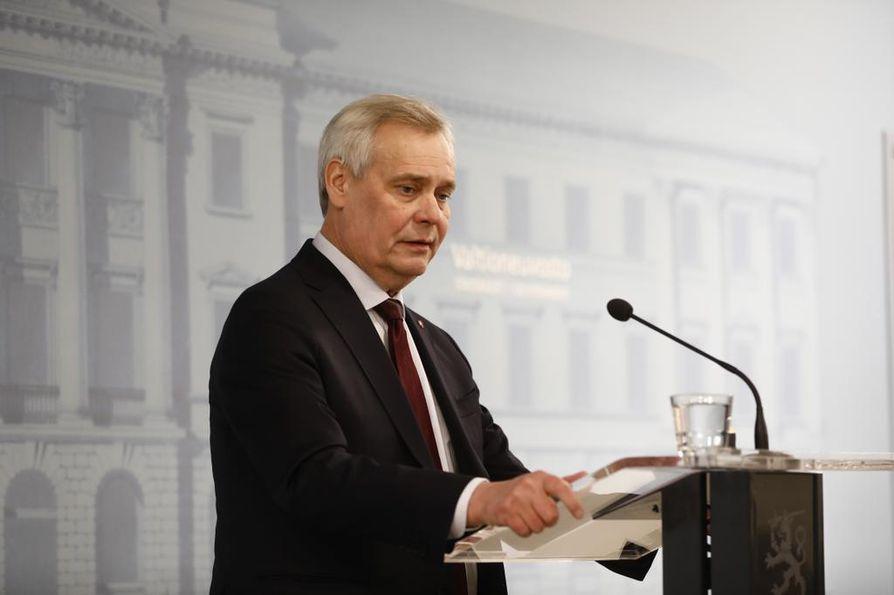 Väistyvä pääministeri Antti Rinne (sd.) ei suostunut nostamaan tiedotustilaisuudessaan ketään puoluetoveriaan jatkajasuosikikseen.