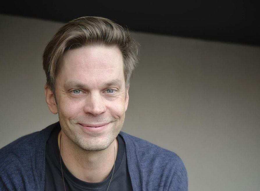 Mikko Nousiainen näyttelee Jari Sarasvuota Tuukka Temosen Valmentaja-elokuvassa.