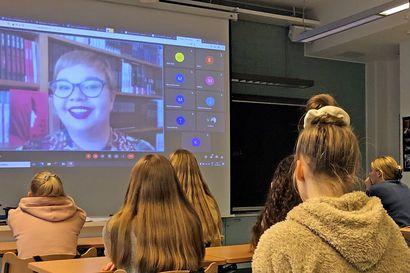 Kirjaidea voi syntyä vaikka uutisesta – useamman nuortenkirjan kirjoittanut Salla Simukka pääsi Tupoksen yhdeksäsluokkalaisten tentattavaksi