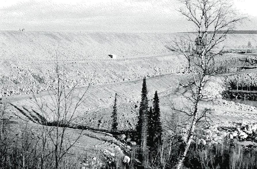 Voimalaitoksen yläpuolelle rakennettiin 50 metriä korkea maapato.