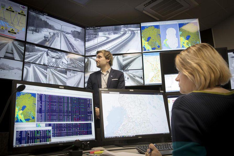 Tieliikennekeskuksen päällikkö Tuomas Komulainen esittelee tiloja, joissa keskus on toiminut noin vuoden verran. Torstaina sen päivystäjät antoivat esimerkiksi liikennetiedotteen Linnanmaalla sattuneesta kolarista, jonka vuoksi vain yksi ajokaista oli käytössä.