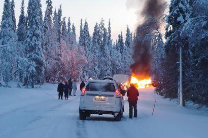 """Kaksi autoa rajussa nokkakolarissa Muoniossa: seitsemän ihmistä osallisena, yksi loukkaantui vakavasti – """"Tilanne oli hyvin vaarallinen"""", kertoo silminnäkijä"""