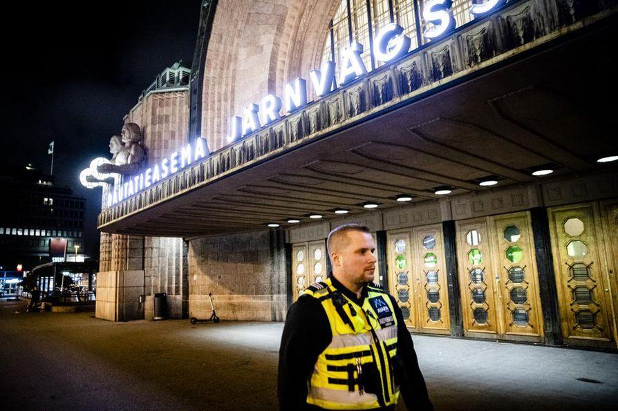 Helsingin päärautatieaseman järjestyksenvalvonnan kohde-esimies Arto Kärkkäinen Avarn Securitylta pitää paikan mainetta paljon todellisuutta hurjempana. Aseman alue on erittäin hyvin vartioitu, ja sellaista kohtaa tuskin löytyy, johon valvontakameran silmä ei näkisi, Kärkkäinen sanoo.