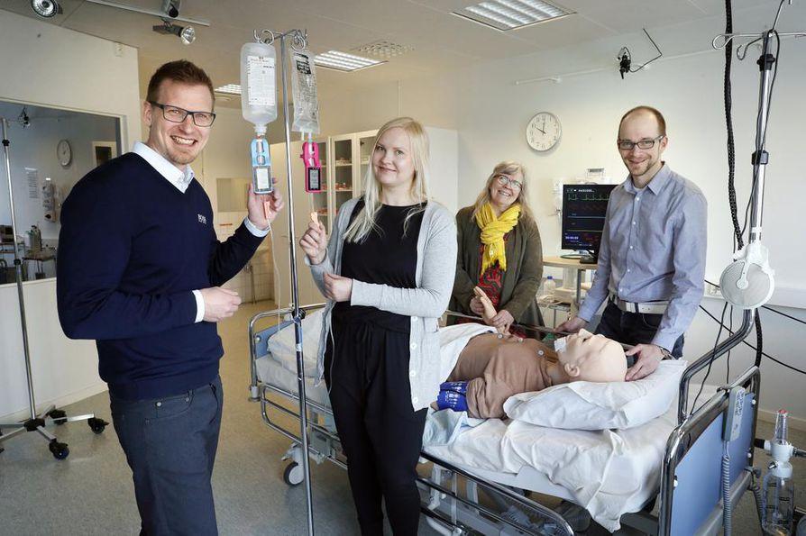 Mikko Savola (vas.), Mari Pohjanvesi, Tiina Tervaskanto-Mäentausta ja Veli-Matti Puurunen, esittelevät Monidor langatonta tippalaskuria.