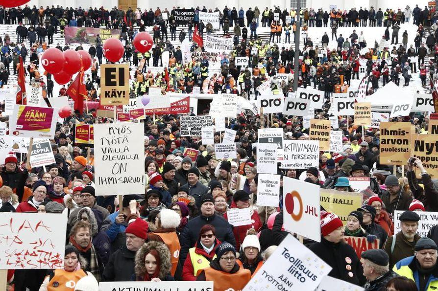 Aktiivimallin vastainen mielenosoitus keräsi Helsingin Senaatintorille perjantaina tuhansia ihmisiä.