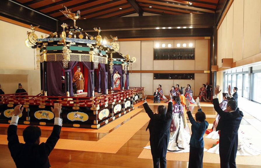 """Keisari Naruhito ja keisarinna Masako olivat kruunajaisten ajan kahdessa juhlallisessa paviljongissa alamaisten huutaessa heille """"banzai"""" (eläköön)."""