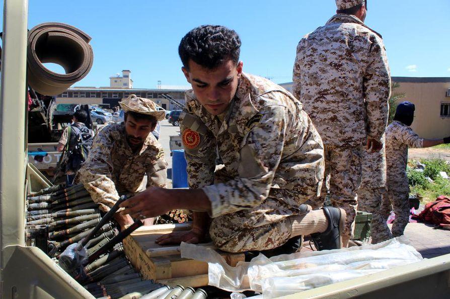 Hallitusta tukevat joukot varustautuivat ennen suuntaamistaan rintamalle huhtikuun alkupuolella.