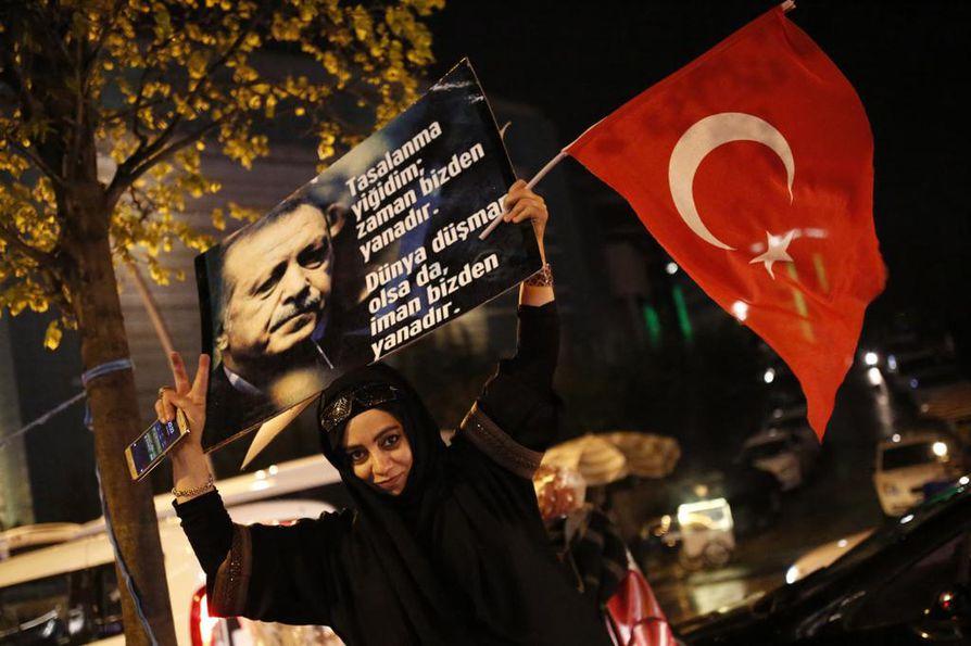 Presidentti Recep Tayyip Erdoganin kannattajat juhlistivat kansanäänestyksen epävirallista tulosta perustuslain muuttamisesta.