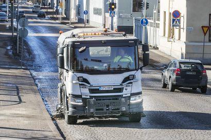 """Yöpakkaset hidastavat hiekanpoistoa Oulun keskustan kaduilta – """"Rotuaari on jo putsattu, pyöräteille päästään myöhemmin"""""""