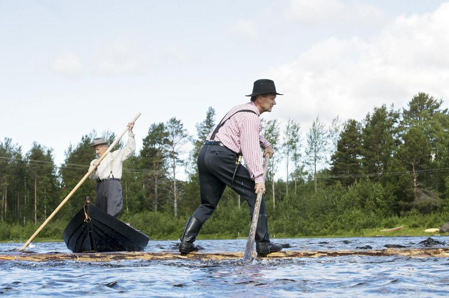 Kuvan keskellä Riku Pakanen pärskii vettä, kun tasapainoa haetaan sestaa apuna käyttäen. Sesta on airoa tai melaa muistuttava työväline, mutta leveydeltään hieman edellä mainittuja kapeampi. Taaempana Eero Alaraasakka sauvoo venettä joenpohjaan tukeutuen.