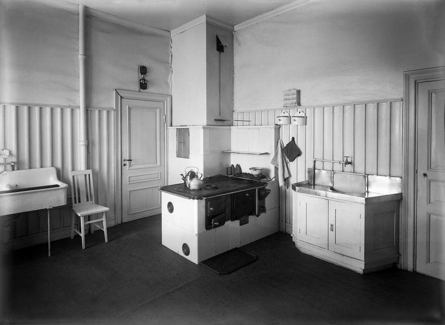 Vuonna 1924 otetussa kuvassa on Helsingissä Mariankadulla asuvan apteekkari Einar Idmanin perheen tilava keittiö.