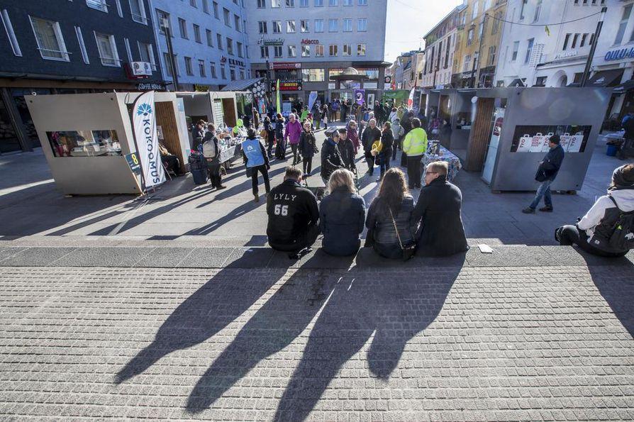 Vaalikampanjointi on ollut lauantaina vilkasta koko maassa. Oulussa kampanjointi keskittyy Rotuaarin vaalikojujen luokse. Arkistokuva.