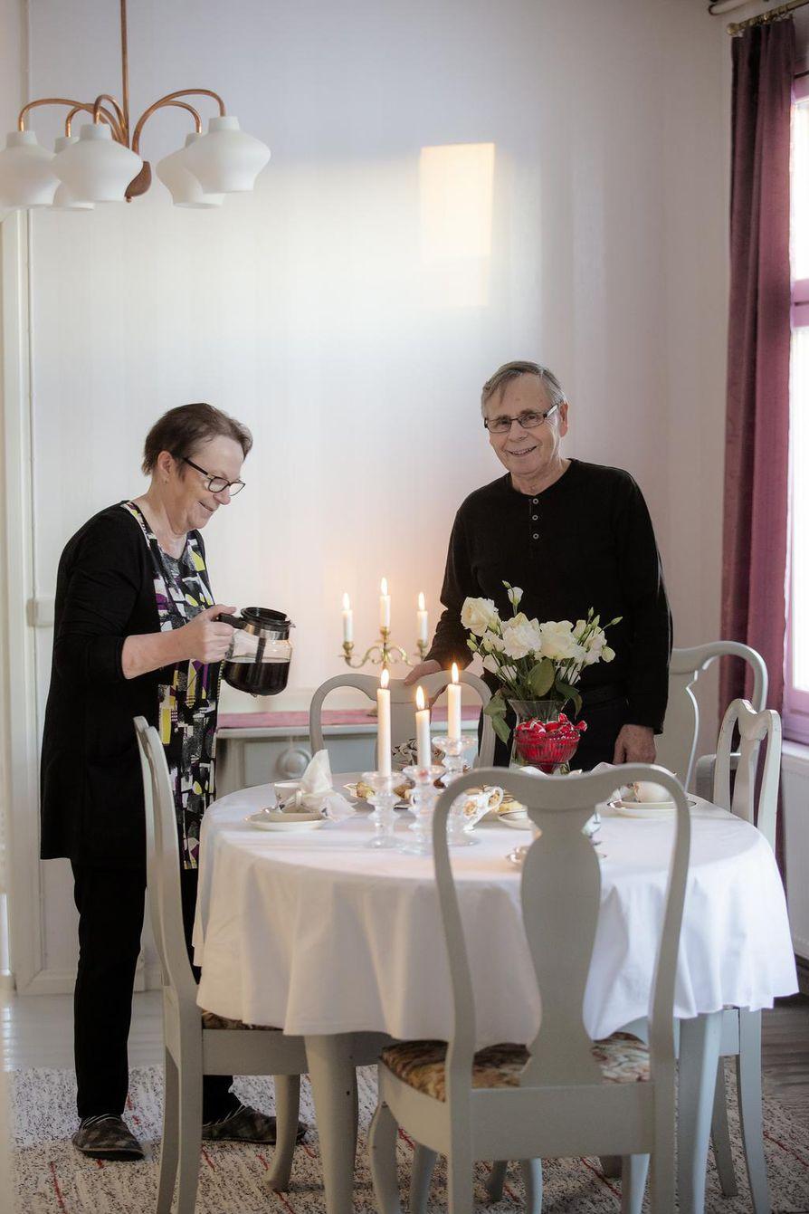 Hilkka ja Onni Uhre pääsivät muuttamaan remontoituun kotiinsa kesällä. Joulupuuro päästiin vihdoinkin syömään Haaralassa.