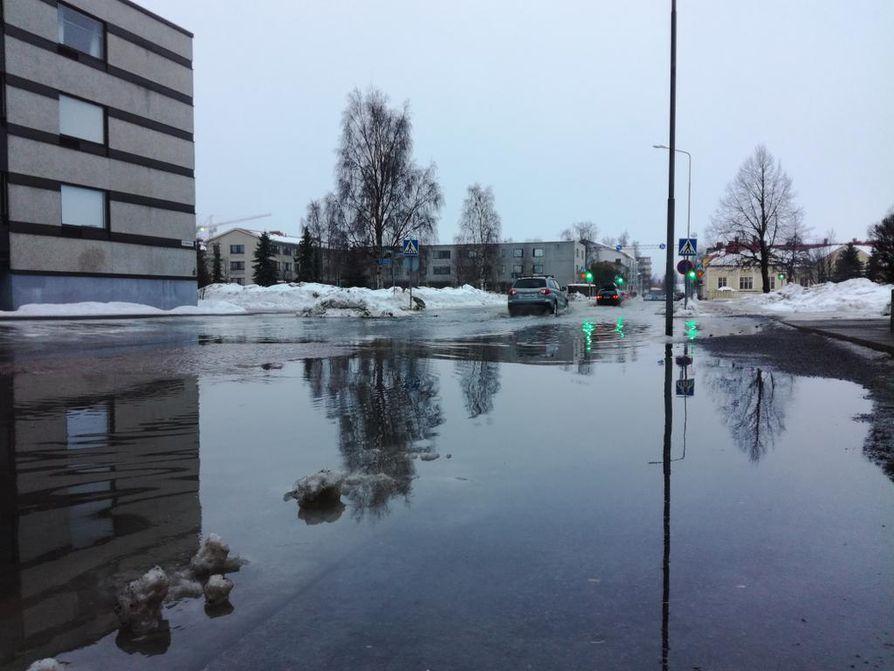 Oulun kadut ovat nyt täynnä lammikoita.