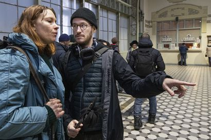 Seurasimme Pietarissa, kun Cannes-voittaja Juho Kuosmanen ahtautui filmiryhmineen junan hyttiin – Selvisi, miksi kolme minuuttia elokuvaa vaati 12 tunnin työn