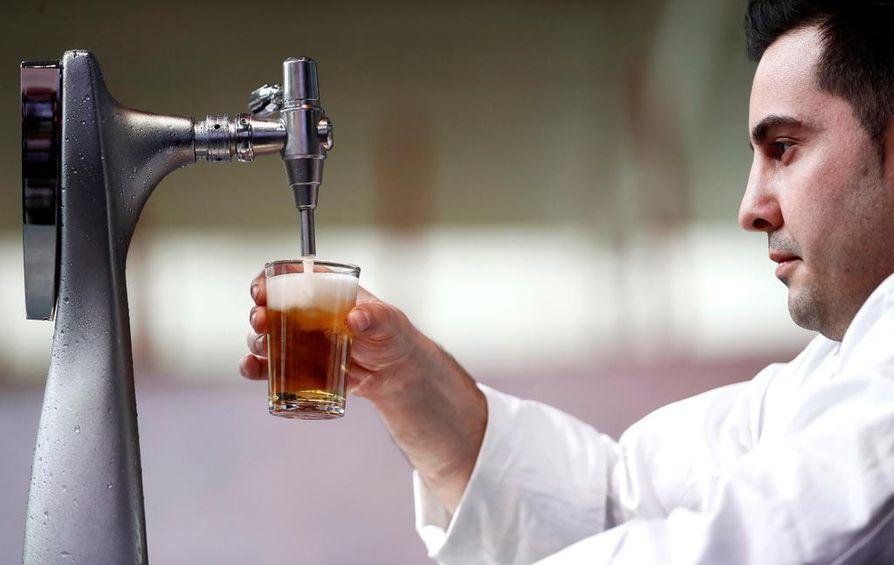 Mies osallistui oluentarjoilukilpailuun Madridin gastronomiakokouksen aikana 29. tammikuuta. Oluen nauttiminen ennen viiniä ei helpota krapulaa.