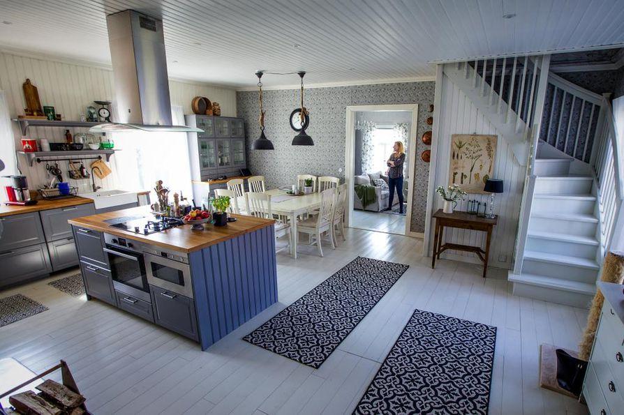 Virpi Billing kuvailee sisustustyyliään skandinaavis-romanttiseksi selkeäksi maalaistyyliksi. Maalaisromantiikassa on liikaa pitsejä hänen makuunsa. Keittiössä on moderni varustus ja ruokapöytä hankittiin jo edelliseen kotiin. Yläkertaan vievät portaat laitettiin entisen wc:n paikalle.