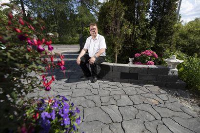 Moni pihakivi päältä luonnonkaunis, mutta onkin betonista tehty – Mitkä ovat suomalaisten suosikkikiviä ja miten väri kannattaa valita?