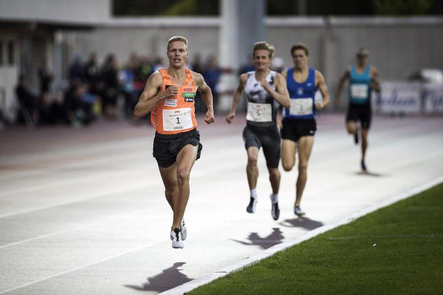 Topi Raitanen (edessä) voitti Oulun Tähtikisojen 1500 metrin juoksun.