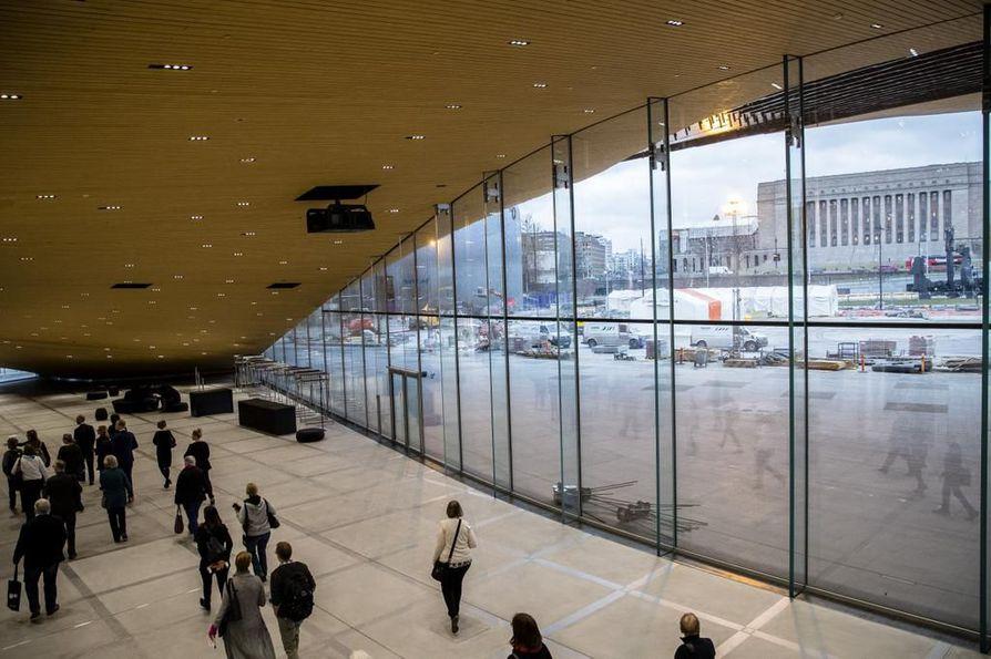 Kirjaston ensimmäinen kerros ikään kuin jatkuu ulos Kansalaistorille, jossa järjestetään tapahtumia ja konsertteja. Eduskuntatalo näkyy ikkunasta.