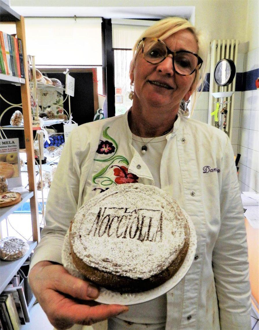 Daniela Allosio leipoo Piemonten herkkupähkinöistä kakkua, johon ei lisätä rasvaa eikä jauhoja.