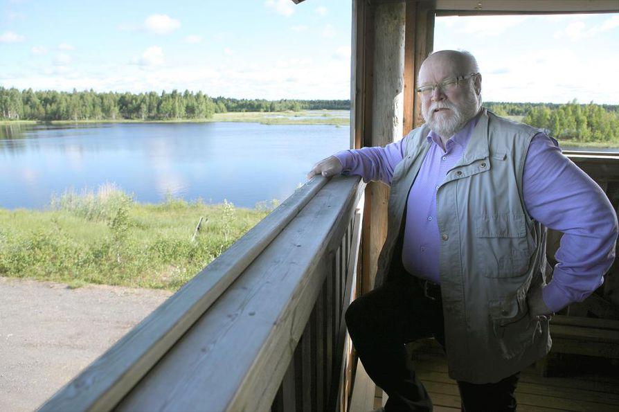 Jongun alueen kyläyhdistyksen puheenjohtaja Aimo Lehmikangas iloitsee kylän saamasta tunnustuksesta. Arkistokuva.