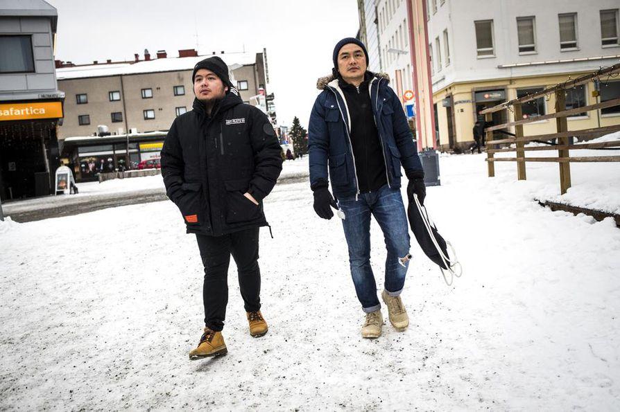 Filippiiniläiset kokit Gimel Lindayag ja Marc Tanghal tulivat talveksi Lappiin töihin.