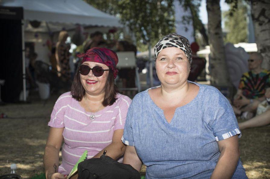 Katja ja Ulla Väärä halusivat alueelle jo hyvissä ajoin, jotta ehtivät nähdä mahdollisimman monta keikkaa.