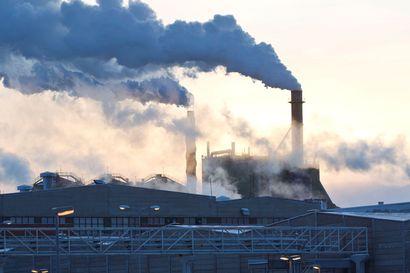 Stora Enson Kemin-tehtaalla syttyi rajusti savuttanut tulipalo paperikoneella, tuli saatiin taltutettua nopeasti