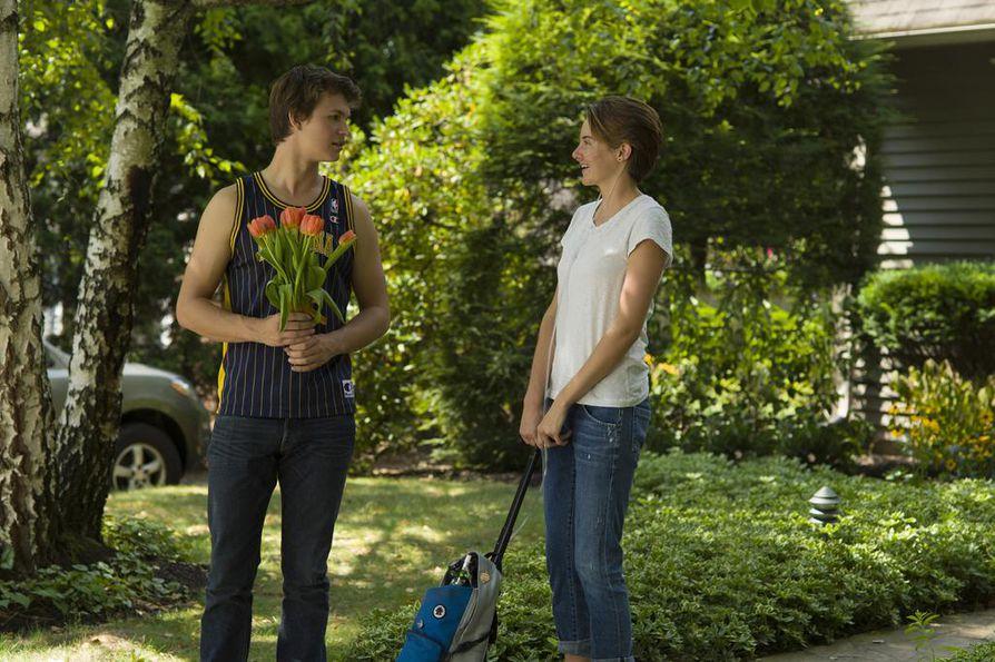 Gus (Ansel Elgort) ja Hazel (Shailene Woodley) rakastuvat syöpäsairaiden tukiryhmässä herkässä Tähtiin kirjoitettu virhe -elokuvassa.