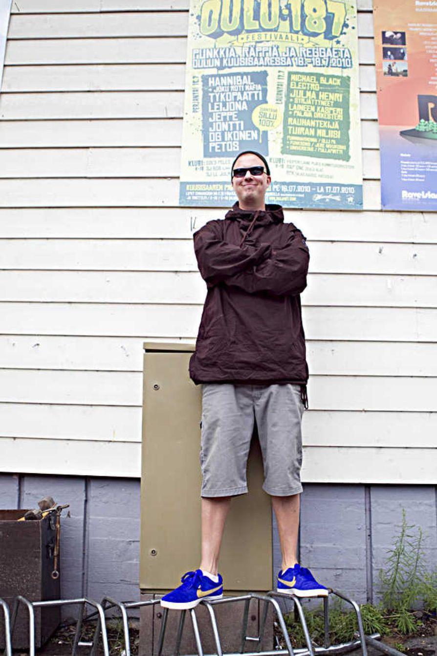 """Oululainen hiphop-yhtye Kultaleima esiintyy Oulu187-tapahtumassa ensimmäistä kertaa livenä, vaikka takana on yli 10 vuotta musiikin tekoa. Räppäri Nurjapuoli haluaa antaa lavalla parhaansa. """"Haluan kantaa vastuuni sen suhteen, että emme petä Kultaleiman faneja."""""""