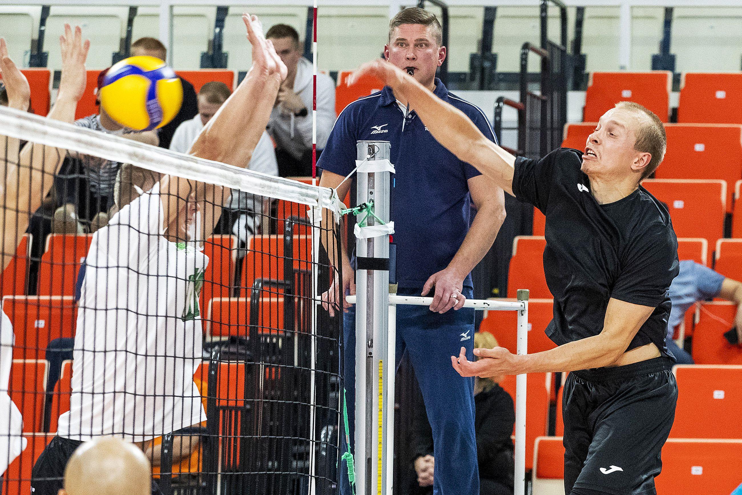 Perungan Poikien Eetu Häyrinen (oik.) takoi palloa jämäkästi niin verkolla kuin syöttöviivallakin.