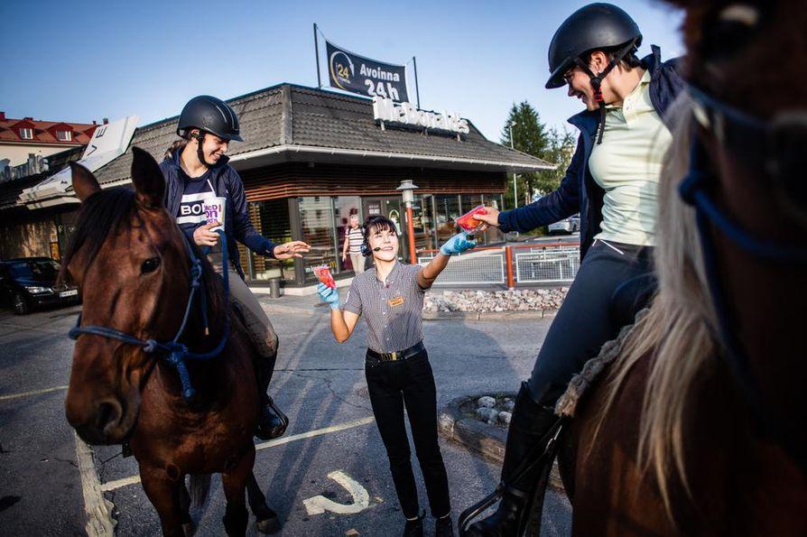 Pikaruokalasta löytyi hevosillekin maistuvaa evästä. McDonaldsin työntekijä Veera Luosujärvi kävi tuomassa harvinaisille asiakkaille pussilliset omenalohkoja.