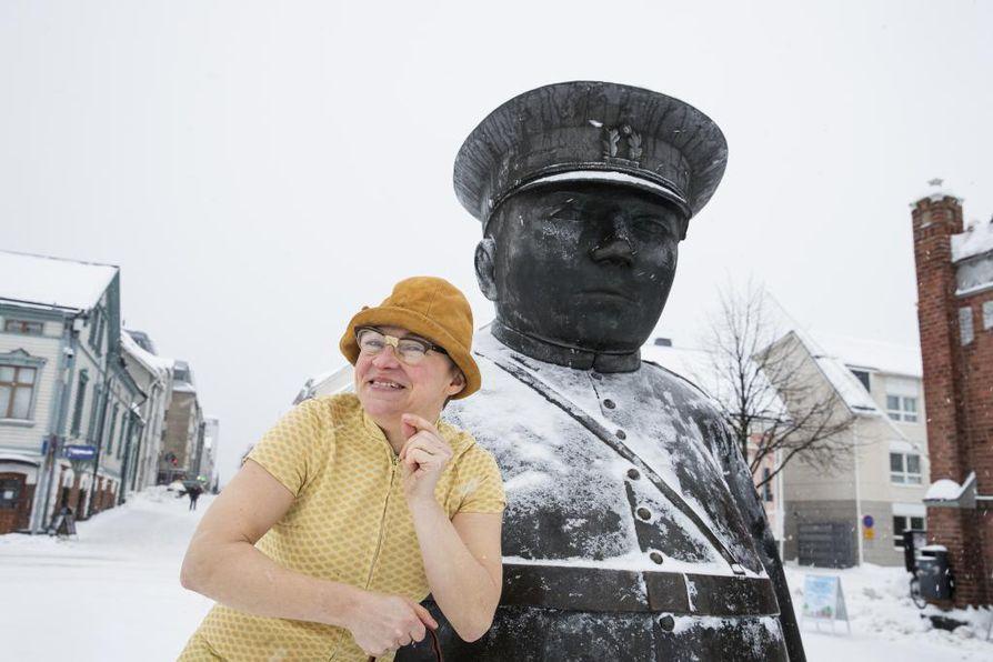 Koillis-Savon Proteesikariesyhdistyksen rahastuksenhoitaja Tyyne Kettunen vieraili Oulussa. Hänet nähtiin ällistyttävän elävänä ja nopealiikkeisenä Toripolliisin seurassa.