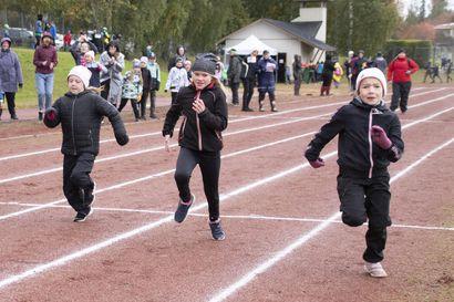 """Siikalatvan koulujen ensimmäinen yhteinen yleisurheilukilpailupäivä –""""Täällä pääsee tutustumaan toisien koulujen oppilaisiin."""""""