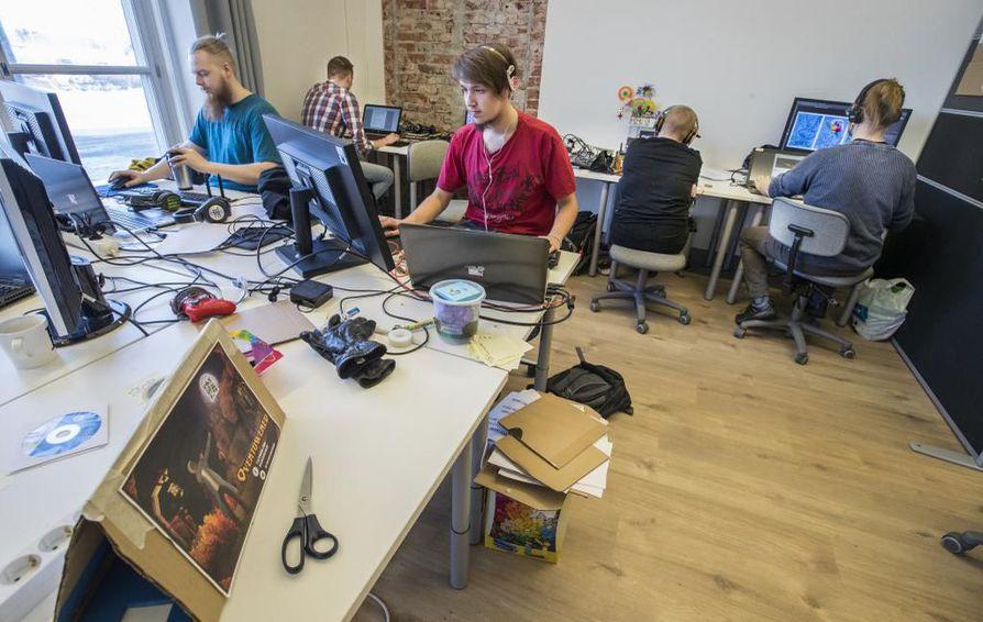 Opiskelijoita Oulun ammattikorkeakoulun Game Labissa.